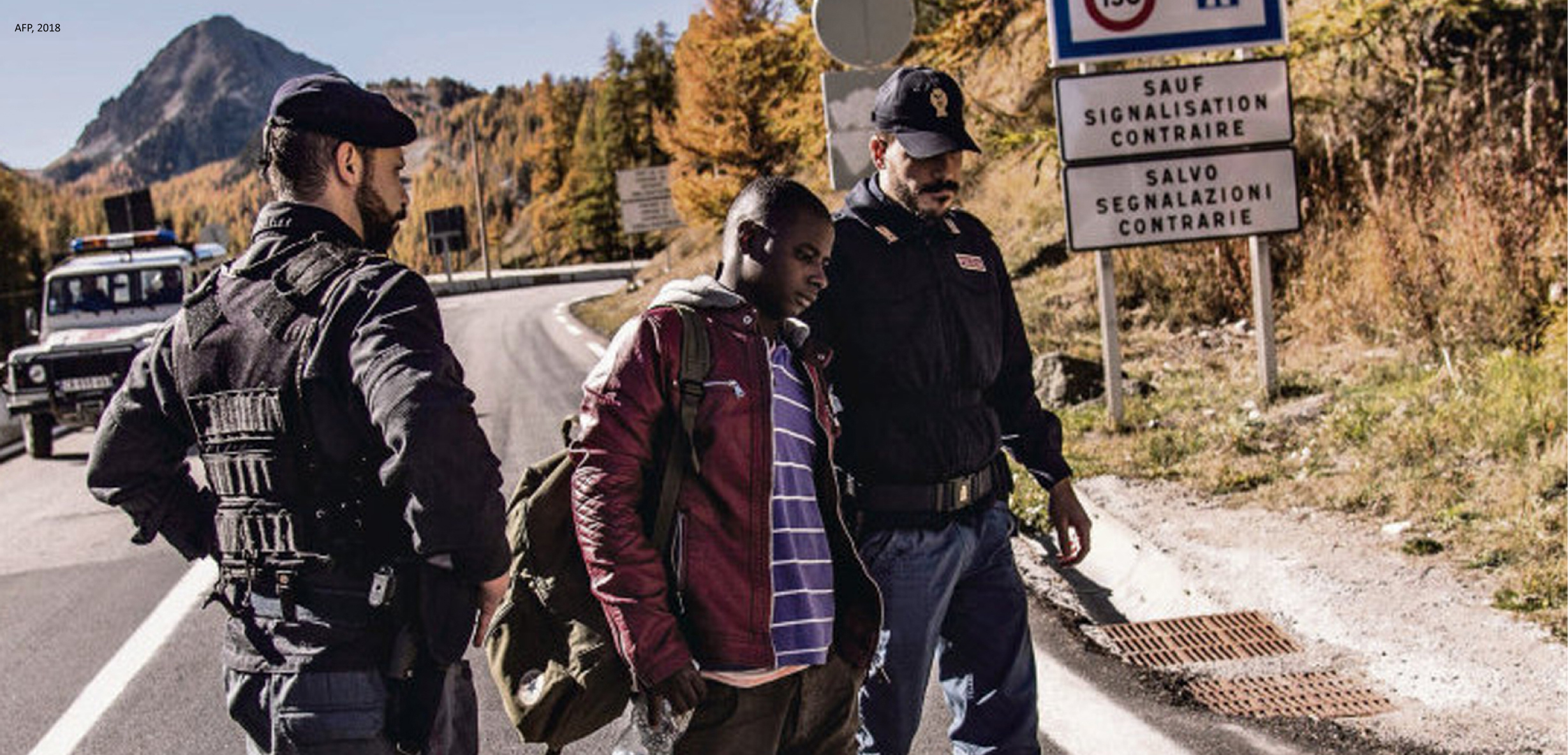 Falling under the non-admission procedure, this refugee caught by the French police near the border has just been handed over to the Italian police.